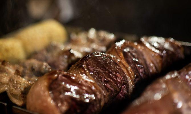 焼きたてジューシーなお肉を何種類も味わえます